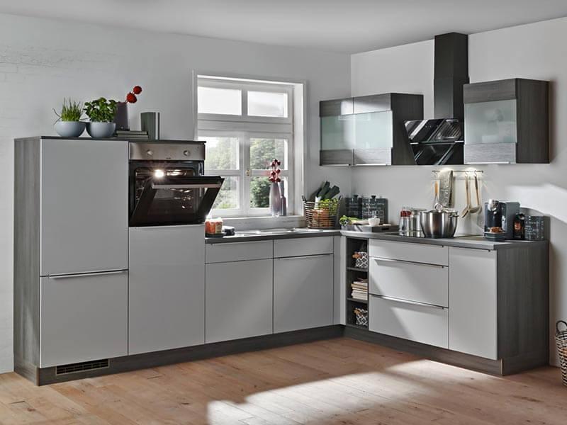 Küchenzeile grau matt mit Elektrogeräten bei Wohn Schick