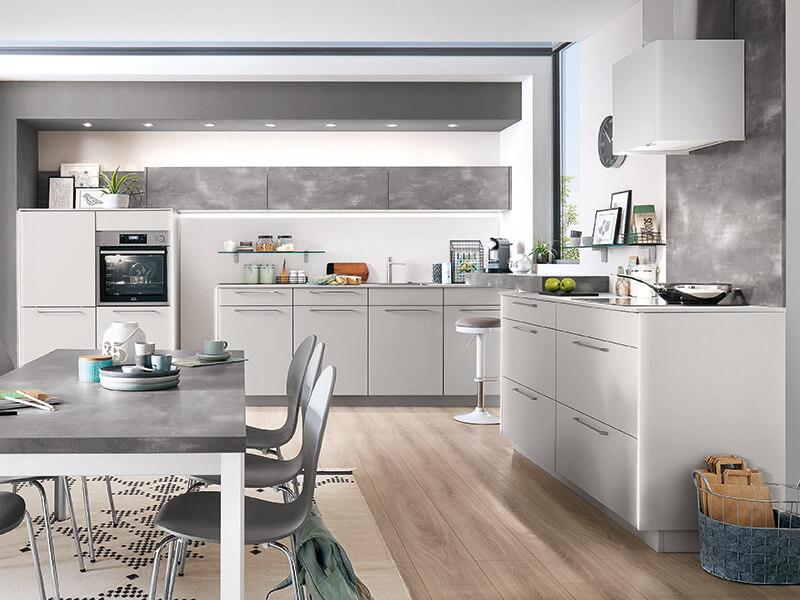 graue Küche Beton-Optik groß mit Backofen und Spüle