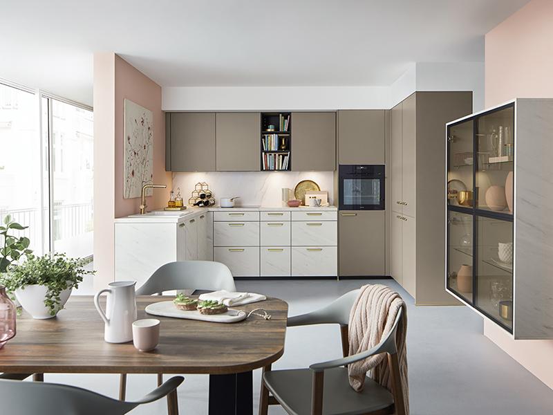 moderne U-Küche braun beige weiß Marmor mit Backofen mit Wandschrank mit Glastüren