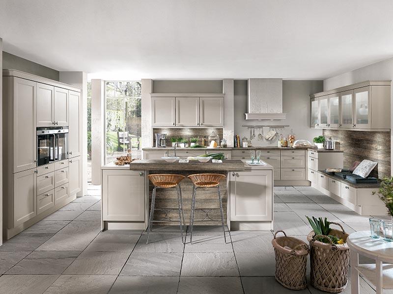Küche Landhaus hell grau creme mit Theke in Kücheninsel