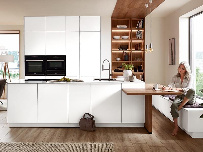 Küche weiß mit Elektrogeräte modern mit Tisch