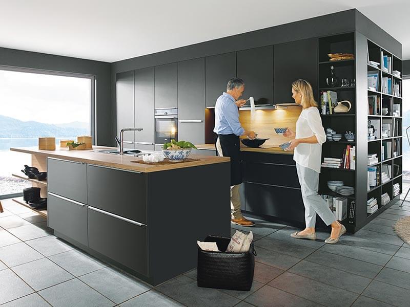 Kücheninsel matt schwarz mit integriertem Regal
