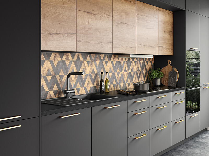 Küche schwarz gold Holz-Optik mit Nischenrückwand
