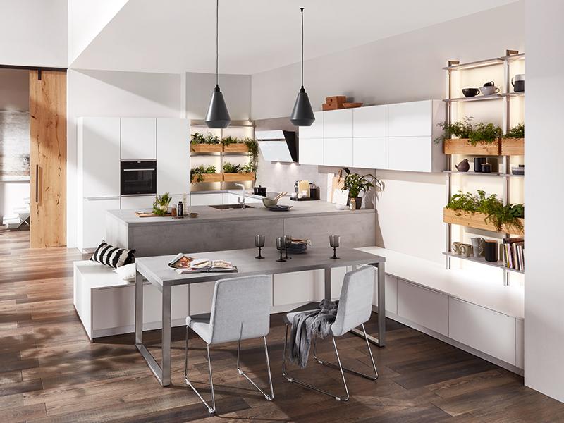 moderne Winkelküche matt weiß grau mit Halbinsel Kochinsel inkl. beleuchtete Regale