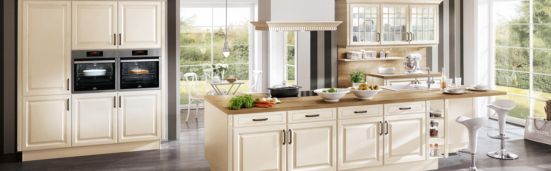 Moderne Kücheninsel Landhaus in creme weiß mit Kamin und Glastür