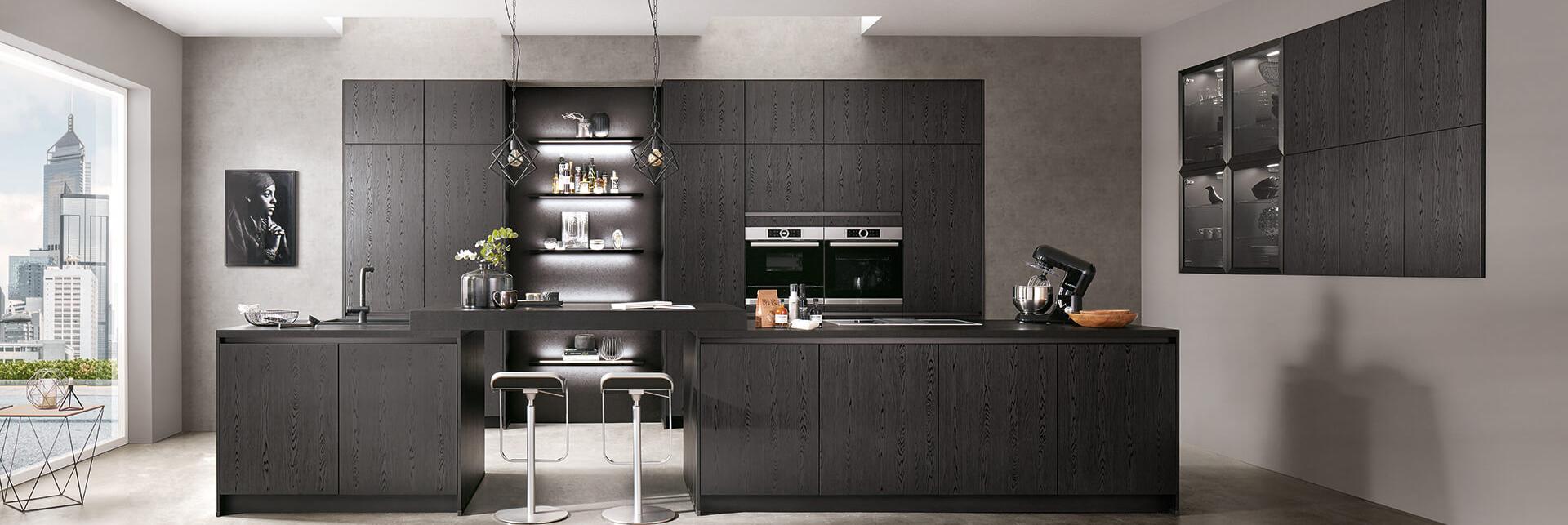 Kücheninsel und Küchenzeile schwarz Holz-Optik mit Glas und integrierter Theke