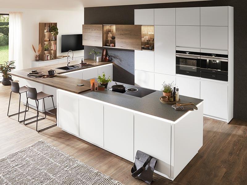 Holz-Optik matt weiße grifflose Küche mit Elektrogeräte und integrierte Theke
