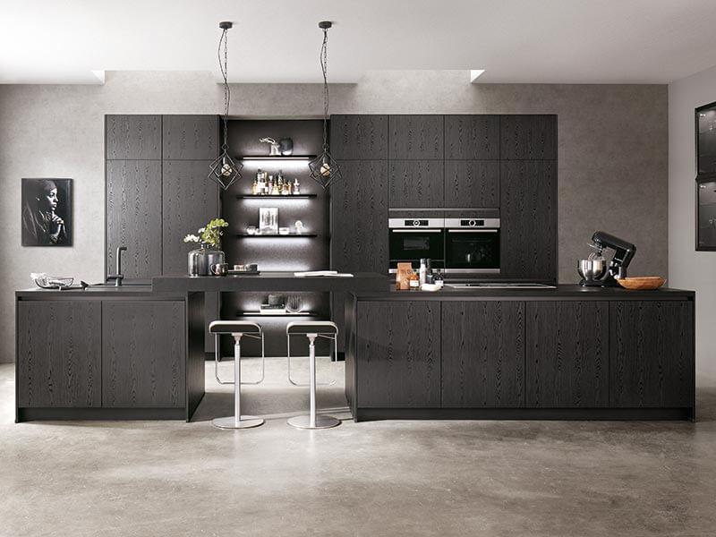 Küche schwarz Holz-Optik mit Elektrogeräte