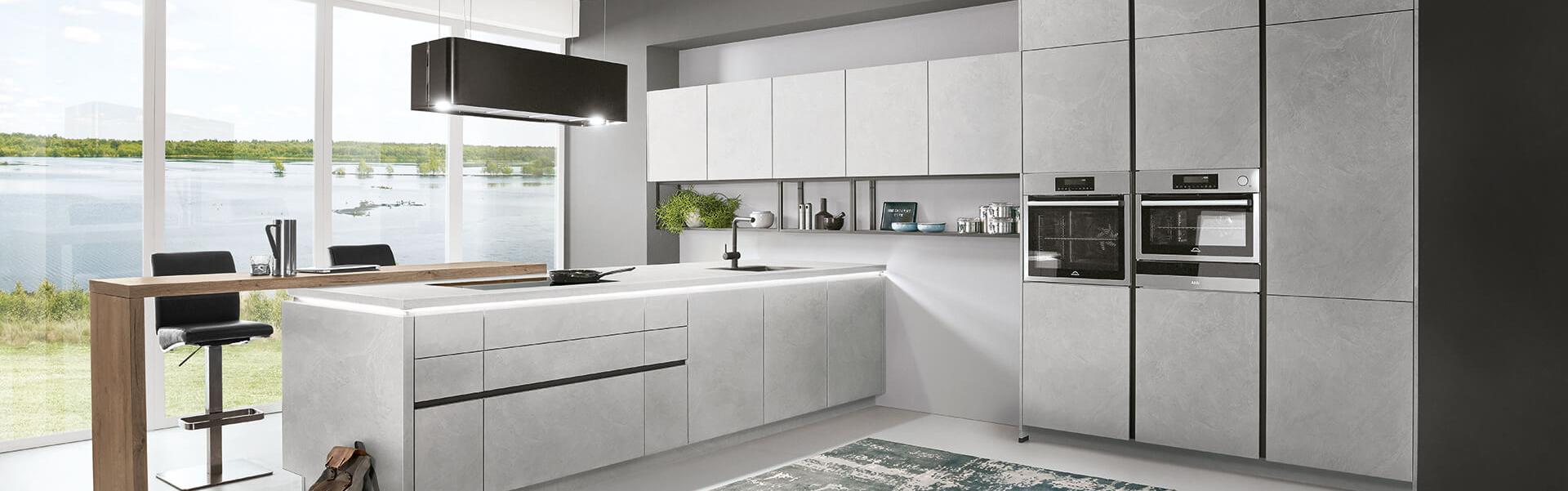 nobilia Küche Beton-Optik grau mit zwei Backofen Holz-Optik Tisch
