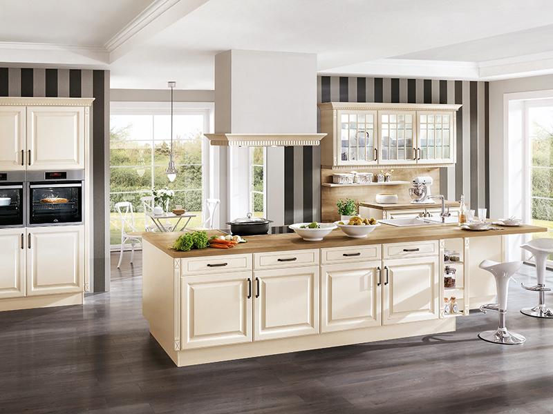 Küche Landhaus weiß creme mit Kaminabzug Holz-Optik