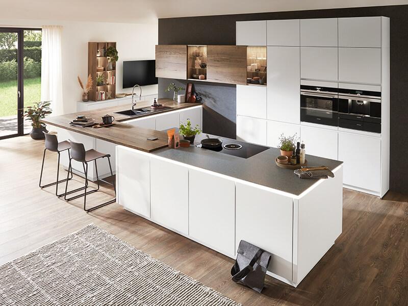 grifflose Küche weiß mit Ansatztisch und Holz-Optik