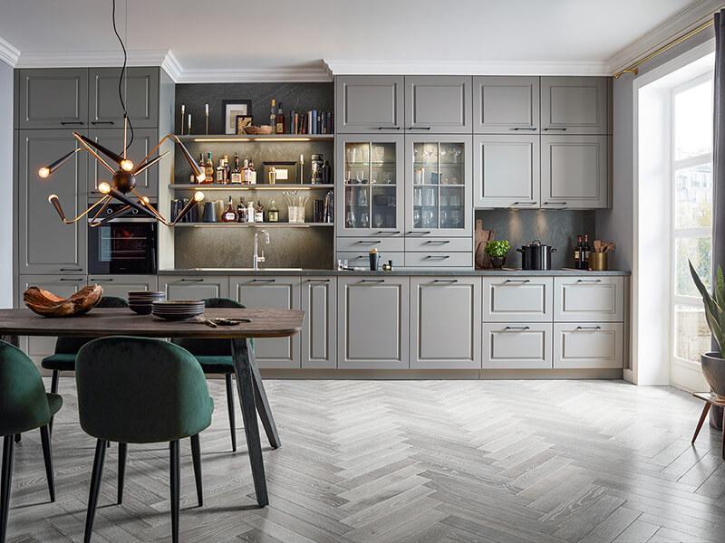 graue Landhausküche einzeilig mit LED Beleuchtung und Glas Wohn Schick