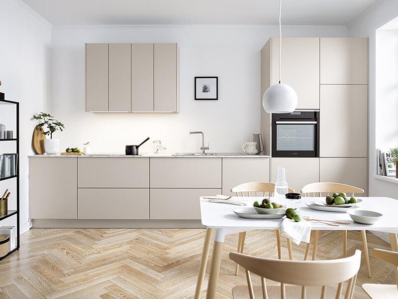 kleine Küche grifflos matt grau creme mit Elektrogeräte WohnSchick