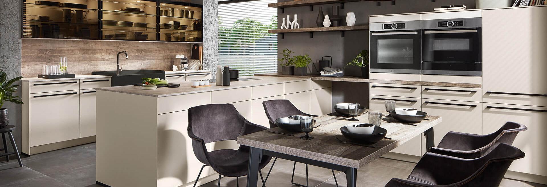 Kücheninsel weiß beige hell mit LED Beleuchtung mit Backofen
