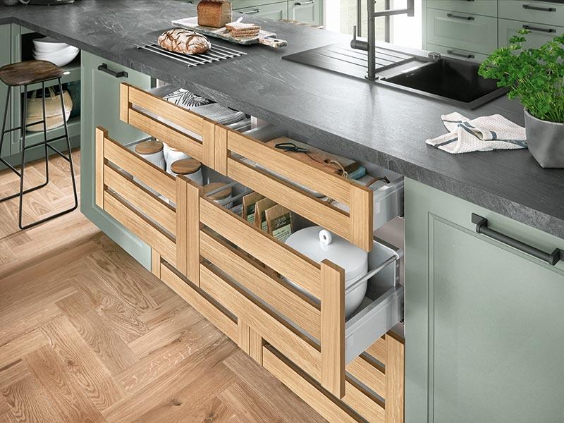 Küche Landhaus grün Schubladen Holz hell
